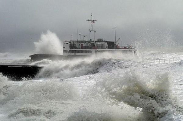Плохая погода остановила работу Керченской переправы
