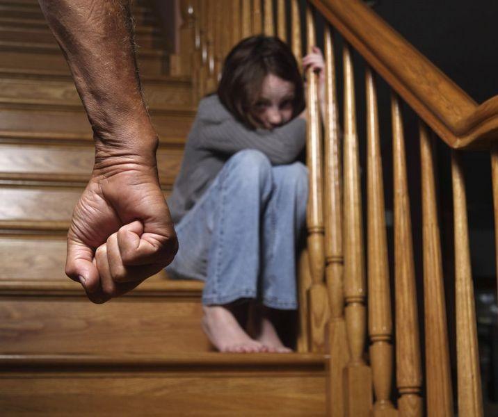 Ученые: Пережитое вдетстве насилие уменьшает  жизнь женщин на20 лет