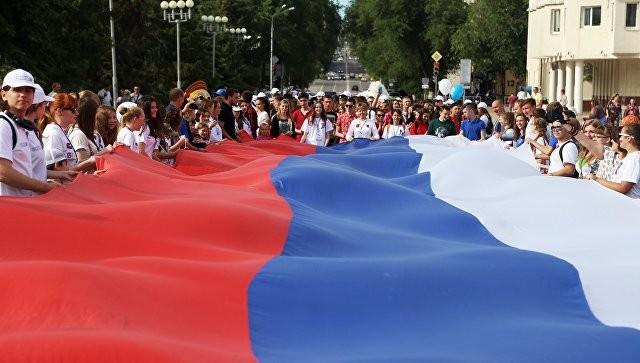 Каждый 2-ой  житель россии  готов носить одежду стриколором