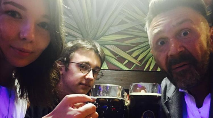 «Примерный» отец Сергей Шнуров пьет пиво икурит совместно ссобственными детьми