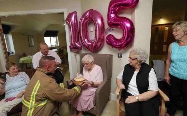 Жительницу Великобритании со105-летием поздравил брутальный пожарный стортиком
