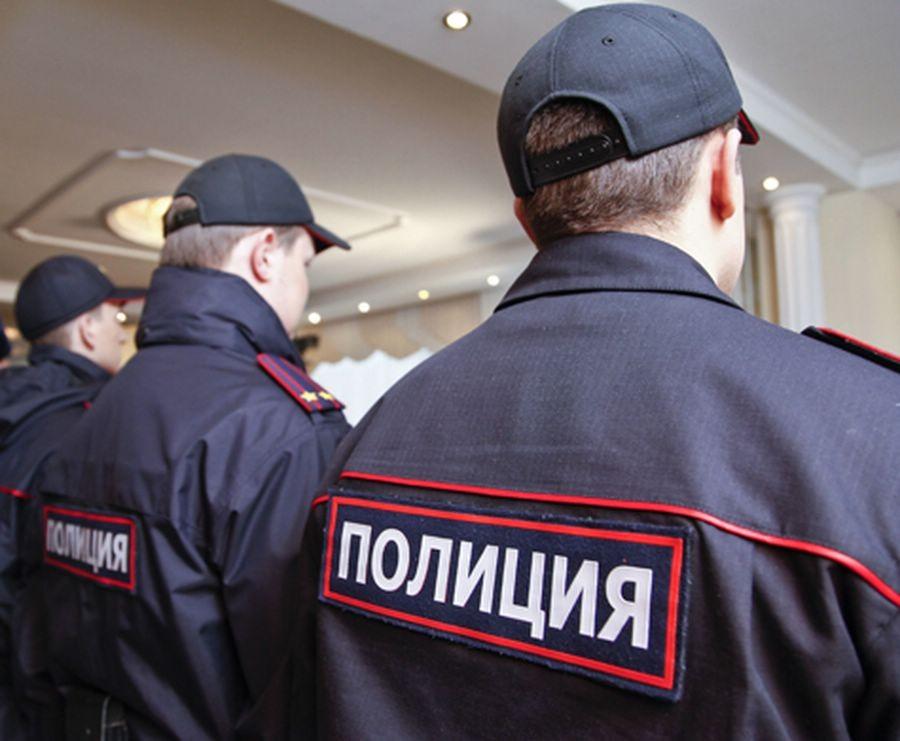 Работники ФСБ допрашивают захватчика заложников вмосковском банке