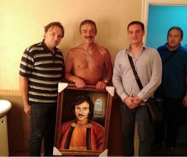 Митьки преподнесли Боярскому портрет, вответ артист снял шляпу ирубашку