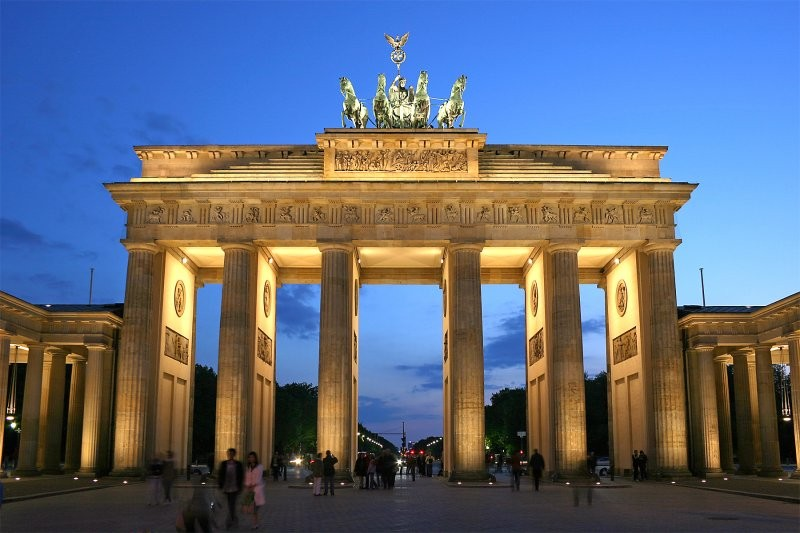 ВБерлине правые радикалы забрались наБранденбургские ворота
