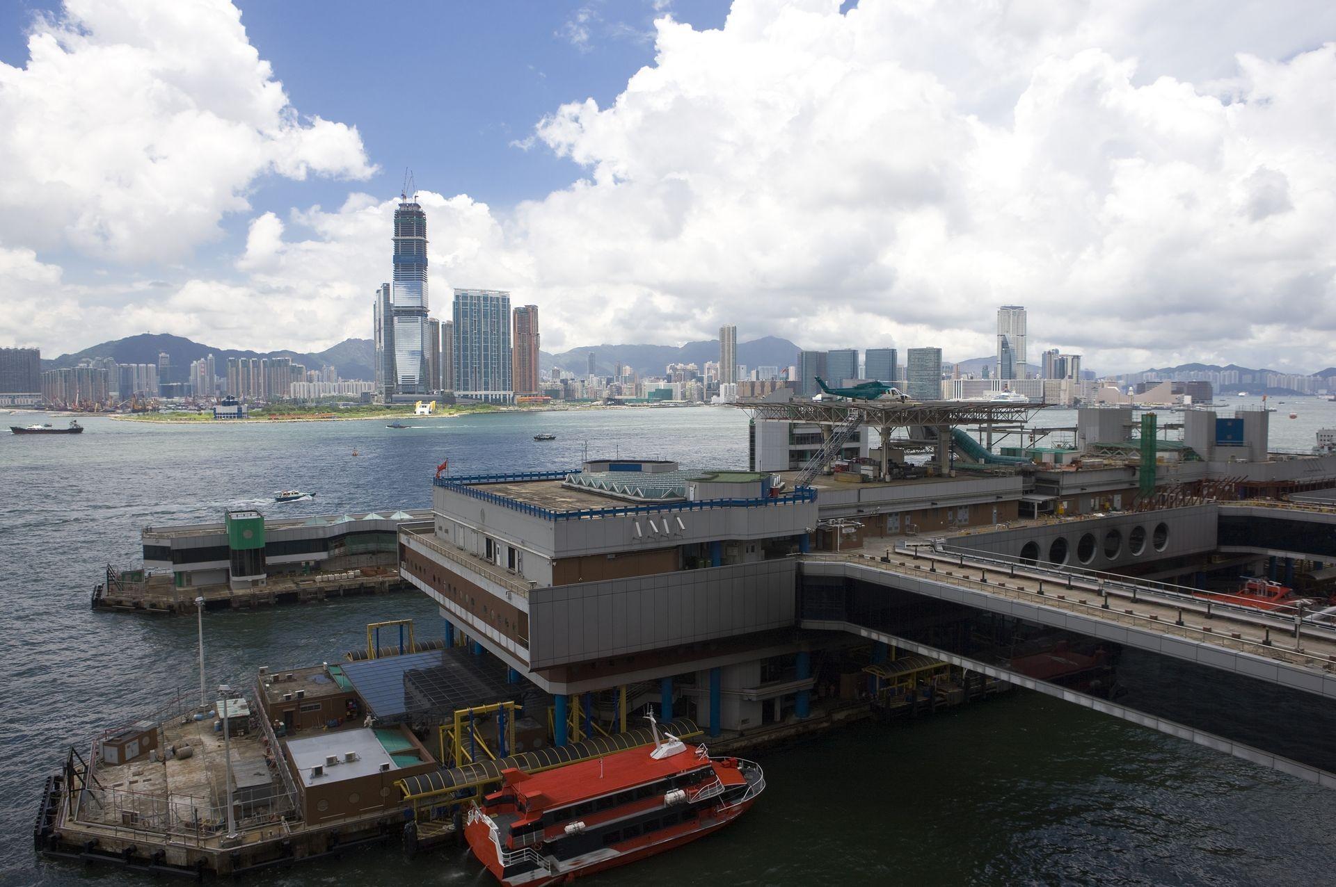 Паром с290 пассажирами ирыболовецкое судно столкнулись близ Гонконга