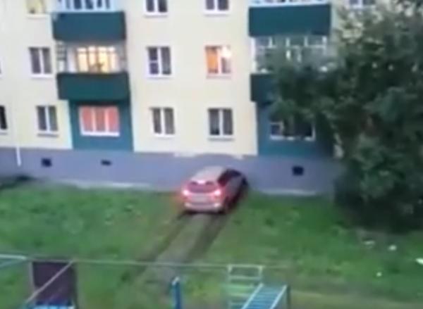 На Сахалине на видео попал разъяренный муж, разбивающий авто о дом жены