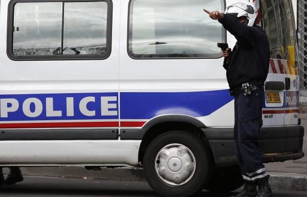 Нелегальный мигрант съел паспорт перед депортацией из Франции