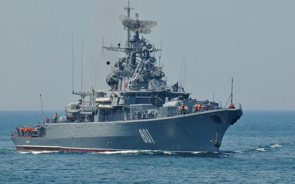 На границе Латвии и России замечен российский военный корабль