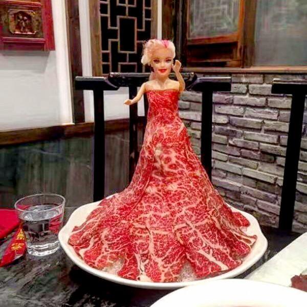 Скандальное мясное одеяние Леди Гаги подадут вкитайских ресторанах