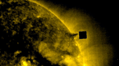 На фотографию Солнца попал черный куб размером с Землю