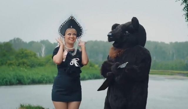 Девушки имедведи. Сеть повеселил патриотический клип о Российской Федерации