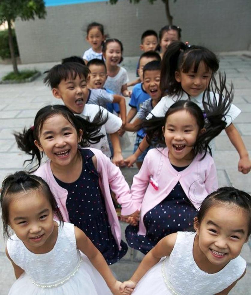В КНР вшколу пошли сразу 7 пар близнецов
