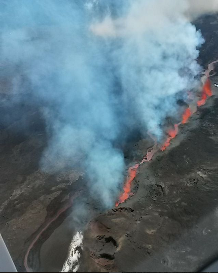 Вулкан Питон-де-ла-Фурнез начал извергаться наострове Реюньон