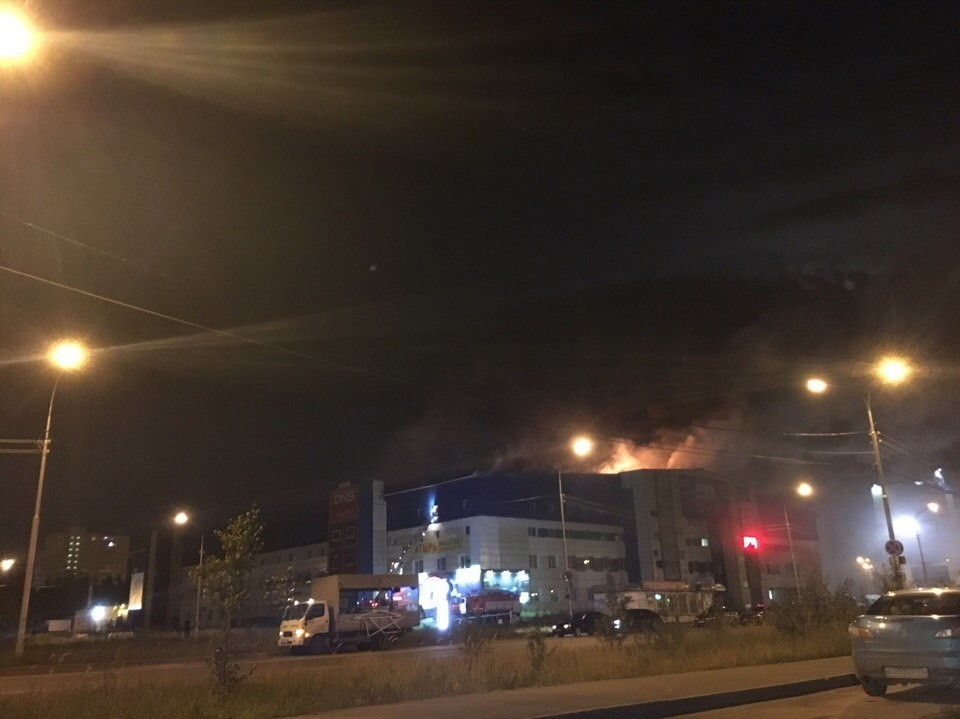 Пожар вТЦ «Богатырь» тушили ночью вСургуте
