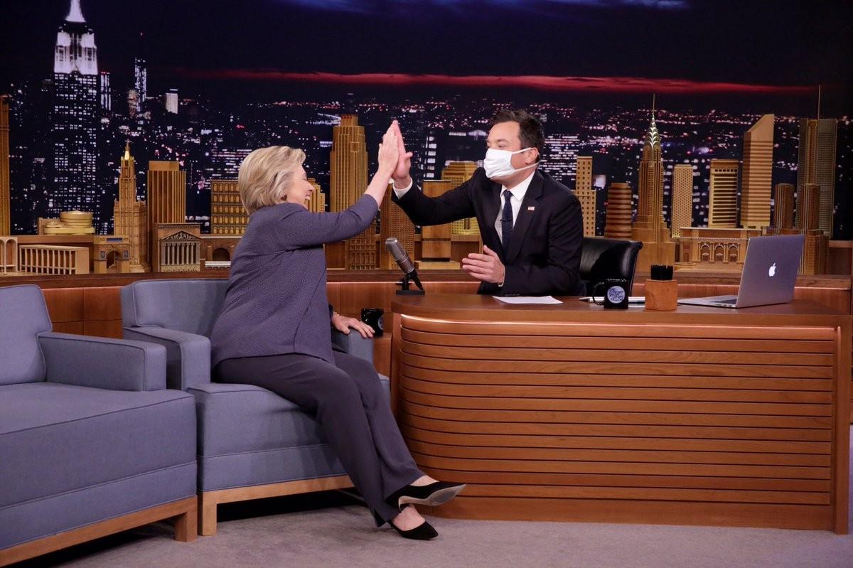 Американский телевизионный ведущий надел медицинскую маску впроцессе интервью сКлинтон