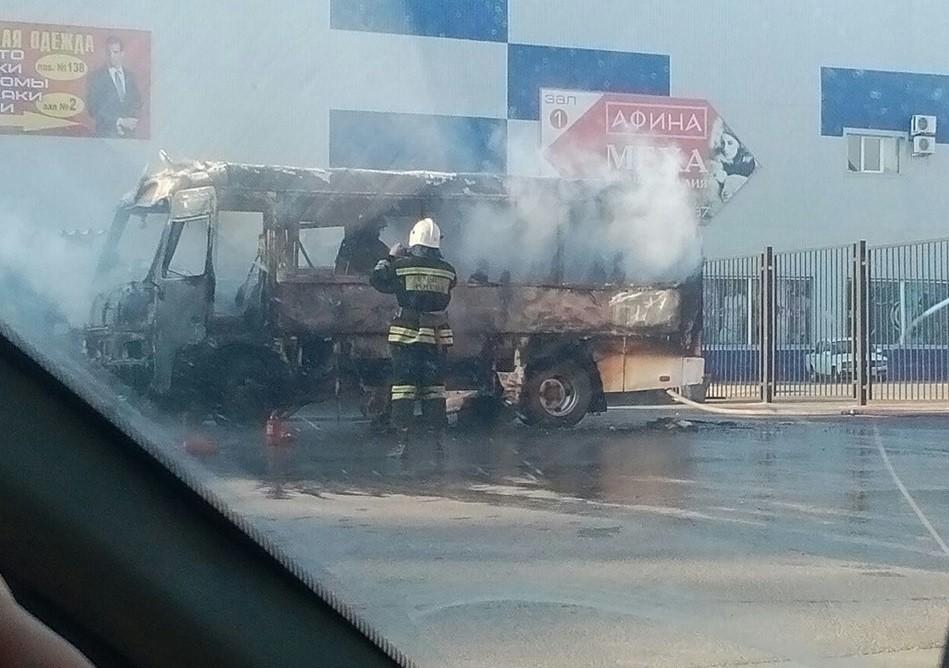 ВРостове рядом сТЦ «Меркурий» сгорела маршрутка