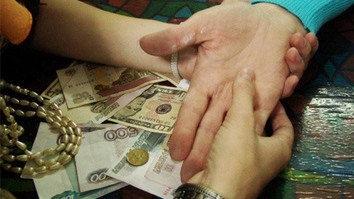 Цыганка забрала укировской студентки деньги исерьги под предлогом снятия порчи