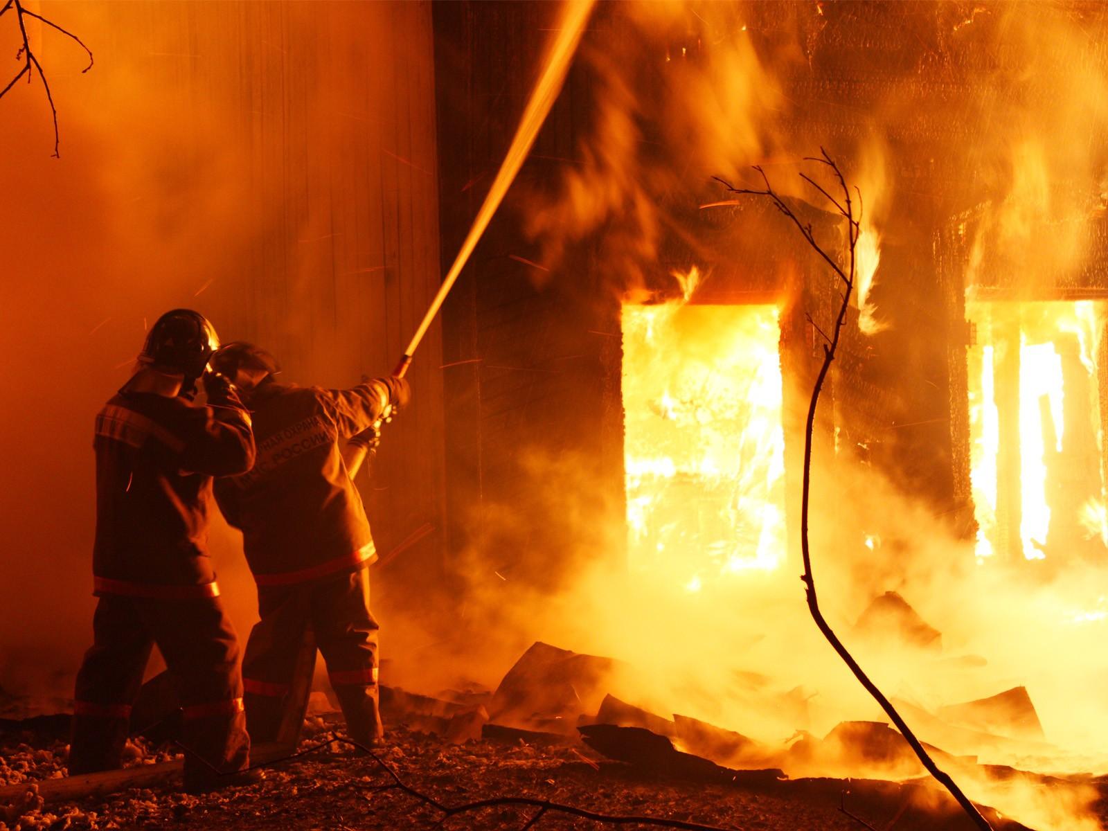 В столице изгорящего дома эвакуировали 2-х детей и 3-х взрослых