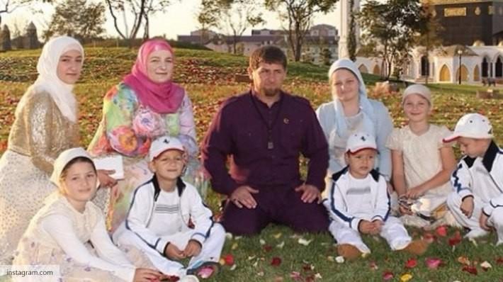 Кадыров вшлеме, с клинком икопьем посетил праздничный прием