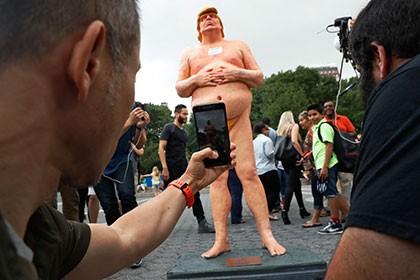 ВМайами похитили статую обнаженного Трампа