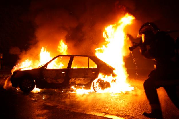 Загоревшийся ВАЗ сломал две иномарки вПриморском районе