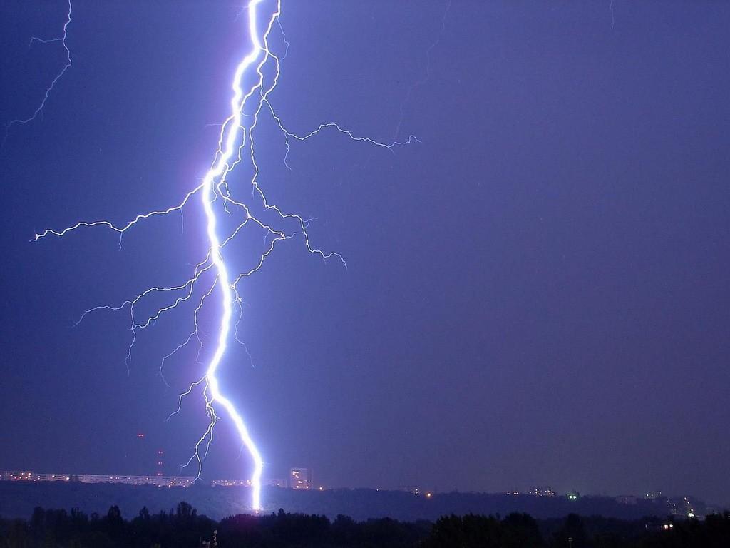 Ученые зафиксировали самую длинную вмире молнию