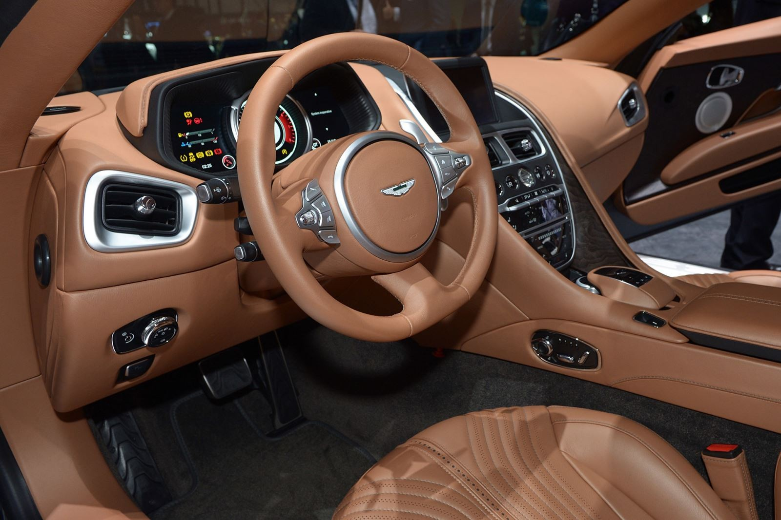 Новое купе Aston Martin DB11 представлено на выставке MOTOREXPO-2016 в Тольятти