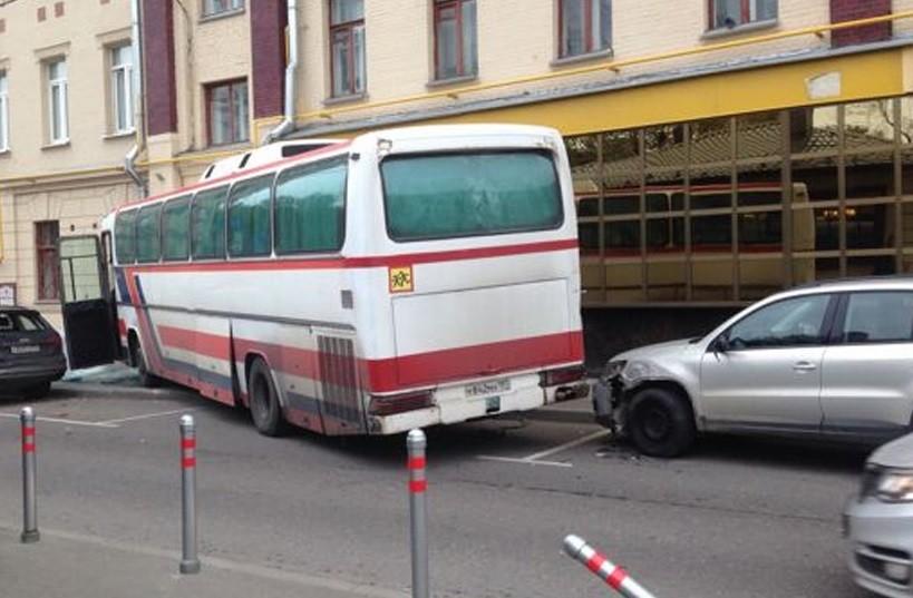 Появилось видео изцентра столицы, где автобус врезался вдом