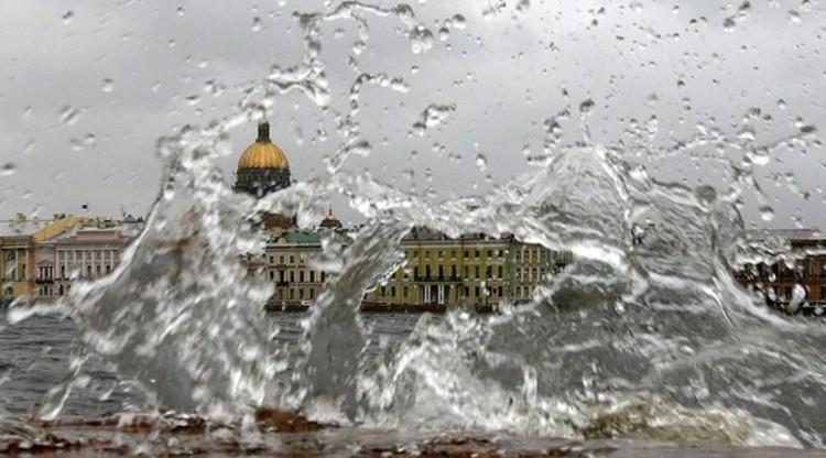 Cотрудники экстренных служб объявили вПетербурге штормовое предупреждение