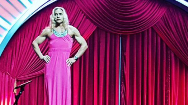 Муж Королёвой появился на сцене в элегантном розовом платье