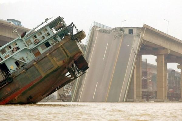 В результате обрушения моста в Китае погибли два человека