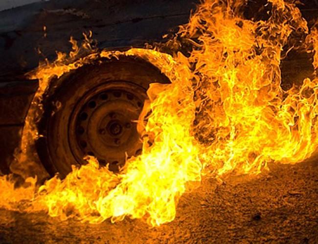 ВНовосибирске дети подожгли автомобиль Ford Mondeo около жилого дома