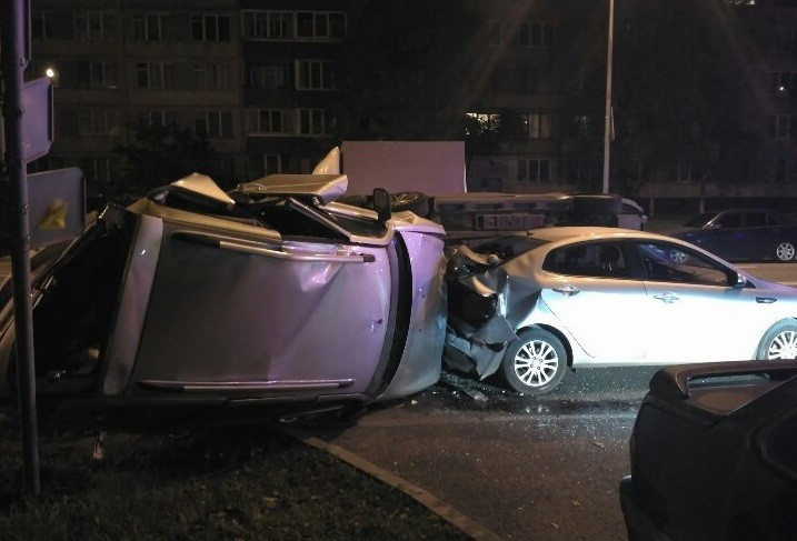 Омич потерял сознание ипротаранил на стоянке несколько авто