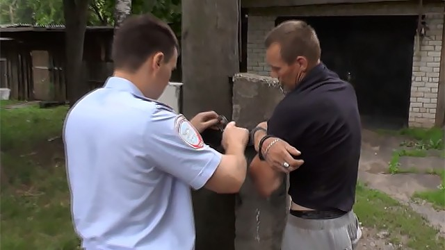 ВЕкатеринбурге спасателям довелось приковать кстолбу нетрезвого гостя магазина