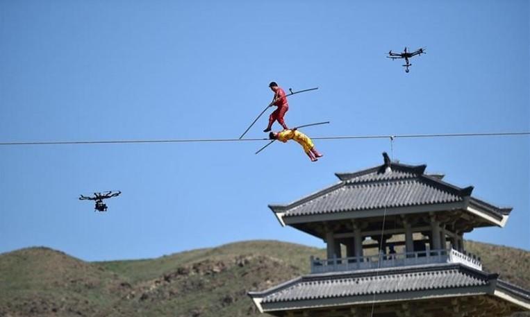 Китайские канатоходцы впроцессе шоу сорвались вреку