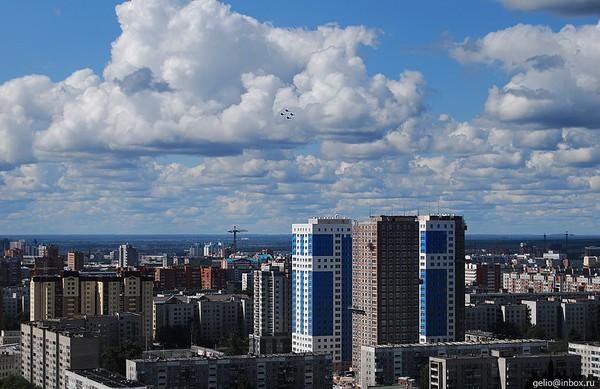 ВНовосибирске ребенок, упавший свысоты 23-го этажа идет напоправку