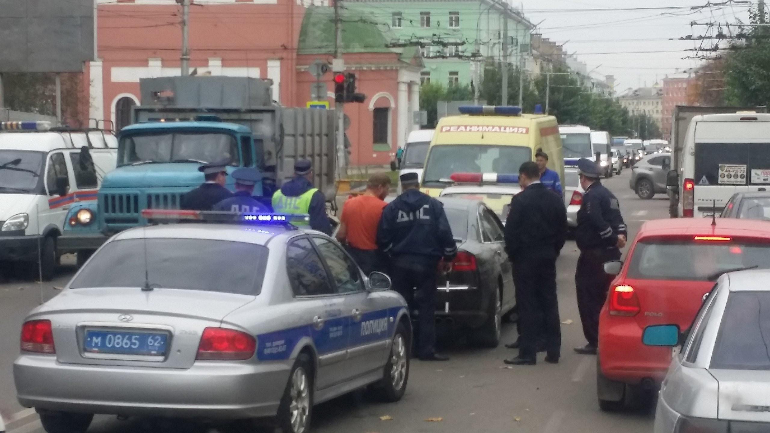 По предварительным сведениям, шофёр «Ауди», заблокировавший движение вдоль улицы Циолковского, был нетрезв