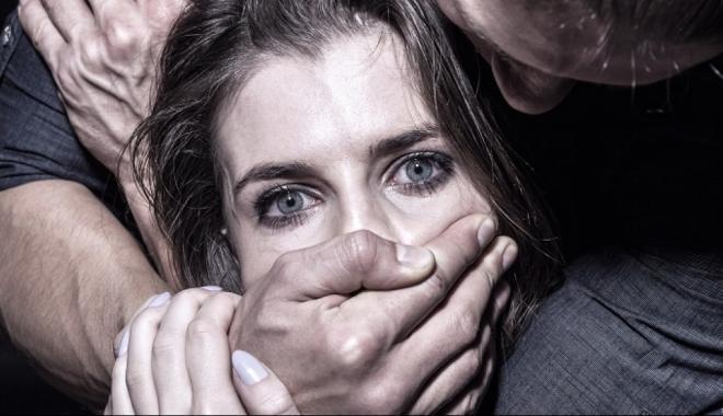 Пятеро мужчин два раза изнасиловали женщину наглазах мужа вКамышине