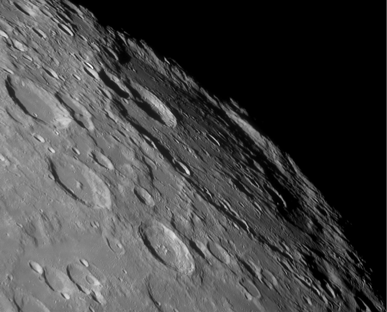 Поверхность Луны моложе чем считалось доэтого,— ученые