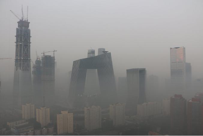Власти Пекина объявили «желтый» уровень тревоги из-за смога, окутавшего столицу