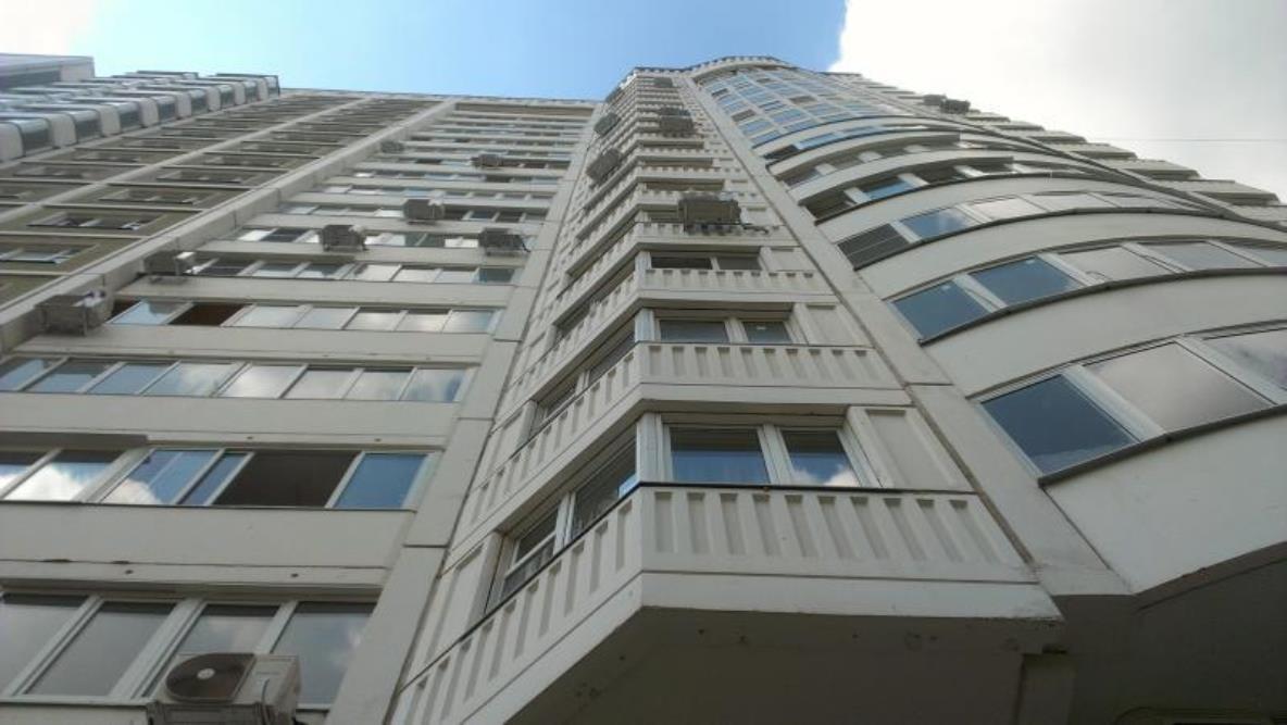 Наюге столицы мужчина выпал изокна многоэтажки
