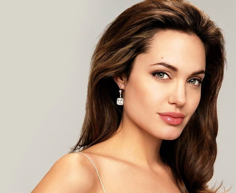 Джоли впервый раз появилась напублике после расставания сПиттом