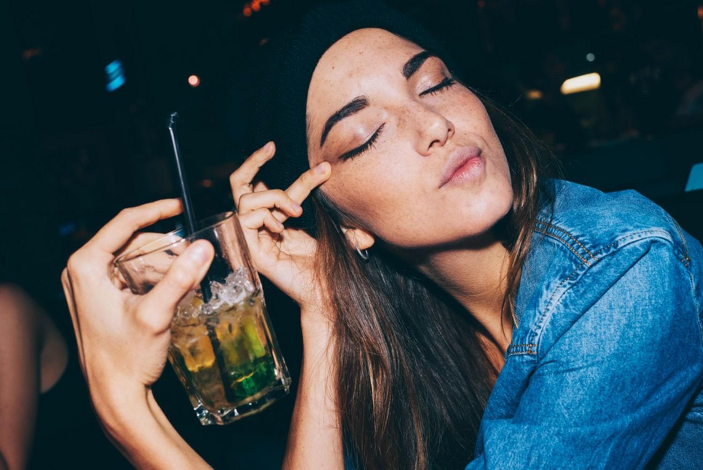 Женщины пьют наравне смужчинами— Ученые