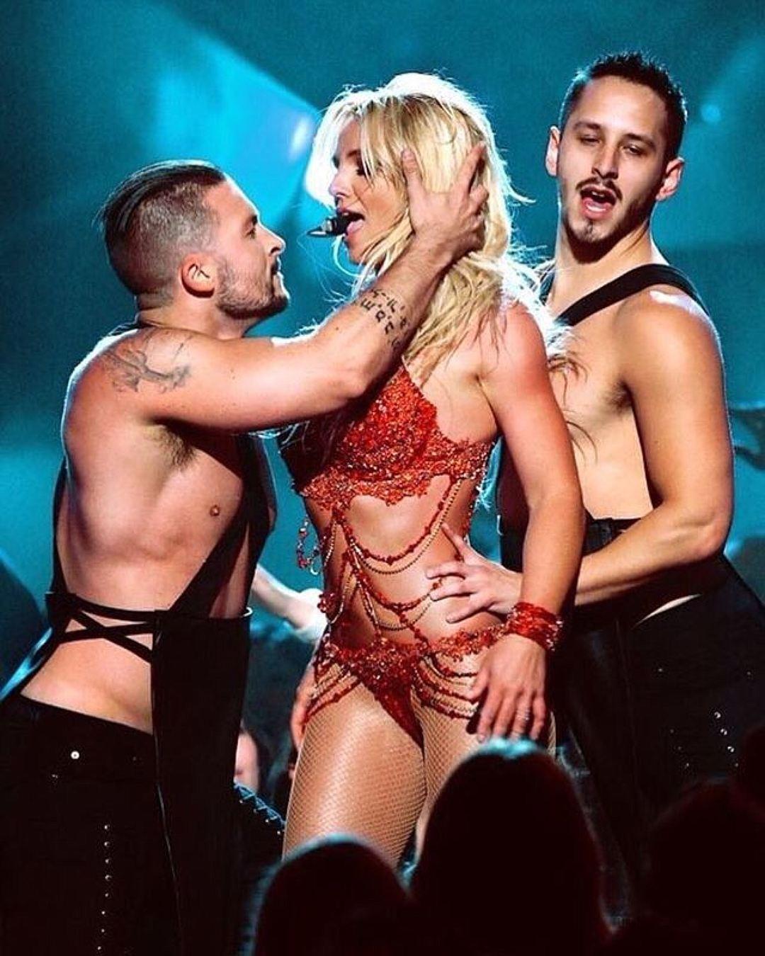 Бритни Спирс оконфузилась впроцессе выступления: появились фото ивидео