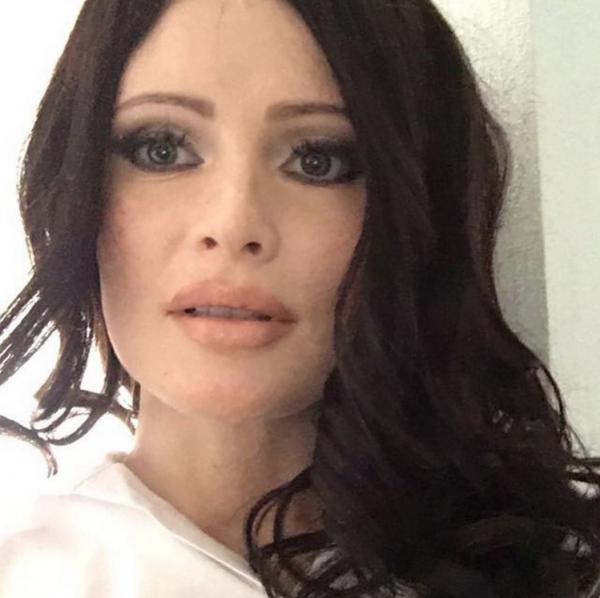 Дана Борисова кардинально изменила свой внешний вид и стала брюнеткой