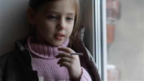 Медики рассказали, почему дети начинают курить после развода родителей