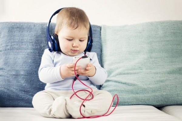 Ученые запретили родителям успокаивать детей с помощью смартфонов