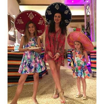 Анна Седокова с дочками посетила салон красоты