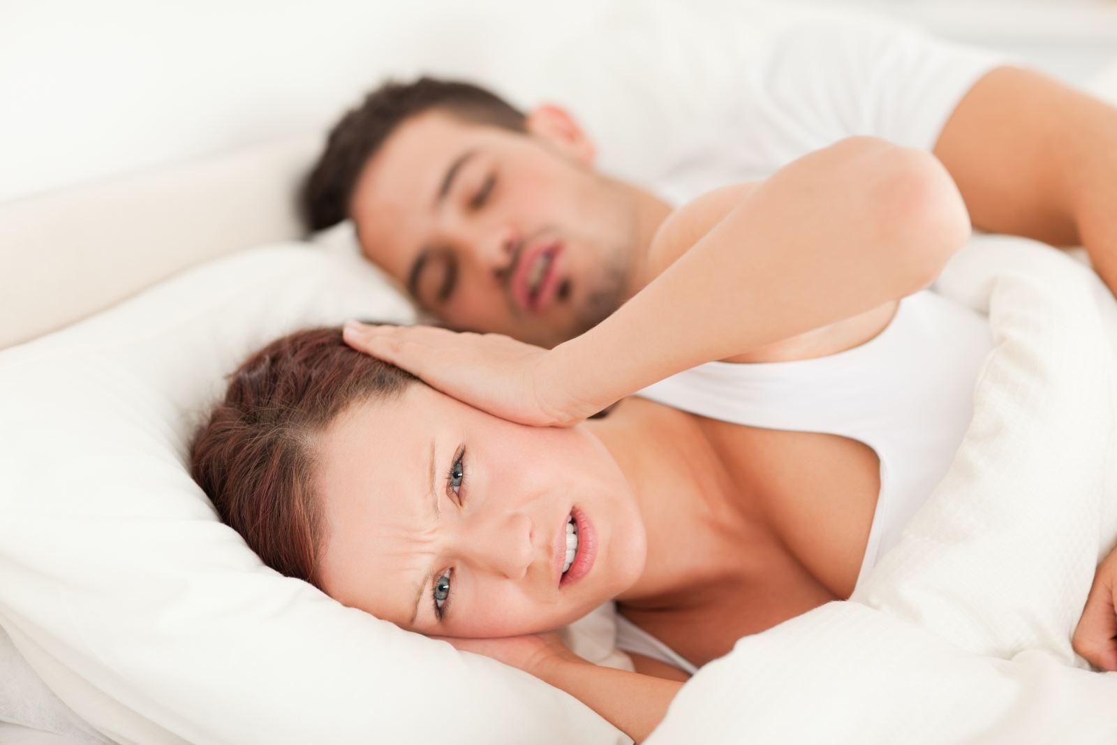 Исследование: Храп— основная причина раздельного сна между супругами