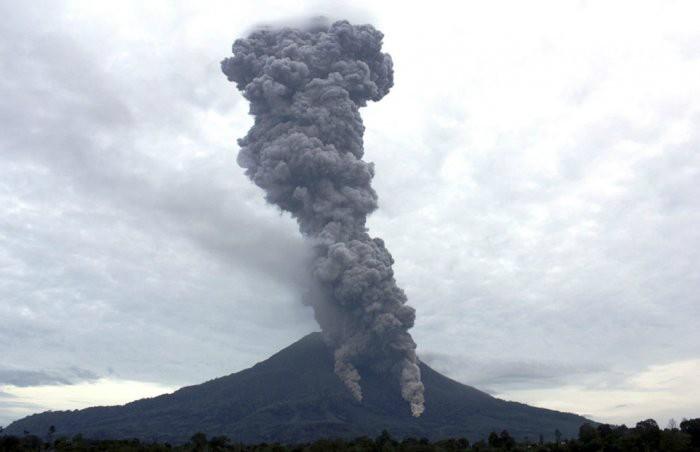 ВИндонезии случилось извержение вулкана Синабунг